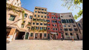 En solbeskinnet og fredfyldt Campo di Ghetto Nuovo, ghettoens gamle samlingssted. Venedigs ghetto fik stor betydning for jødisk kultur. (Foto: Shutterstock)